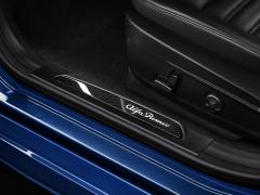 Battitacco in carbonio con logo illuminato per Alfa Romeo Giulia
